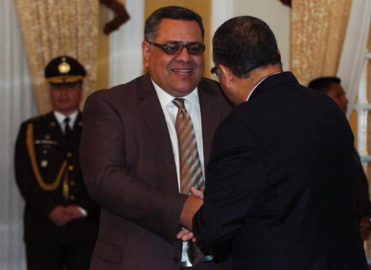 Douglas Moreno saludado por el presidente Mauricio Funes después de ser juramentado como viceministro de Seguridad. Foto EDH