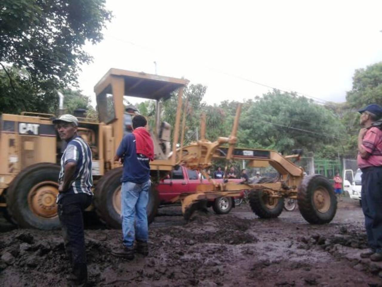 Maquina de Fovial quitó diques con que protegían varias de las casas en el sector.