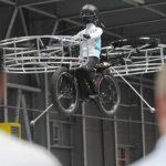 El aparato tiene una bicicleta de montaña que pesa 209 libras, Cuenta con dos hélices horizontales propulsadas por baterías al frente, dos en la parte trasera y una en cada costado. Foto/ AP