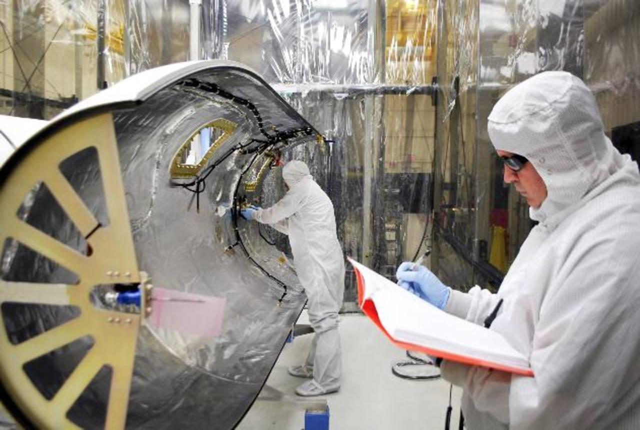 Técnicos preparan una base de la fuerza aérea en California para el lanzamiento de un satélite de la NASA. Foto/ AP