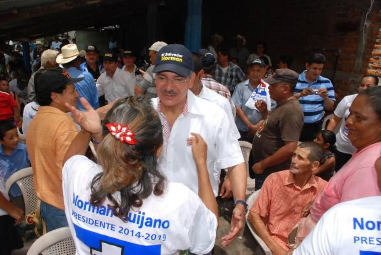 El candidato tricolor, Norman Quijano es recibido por pobladores de Moncagua, en San Miguel. foto EDH / insy mendoza