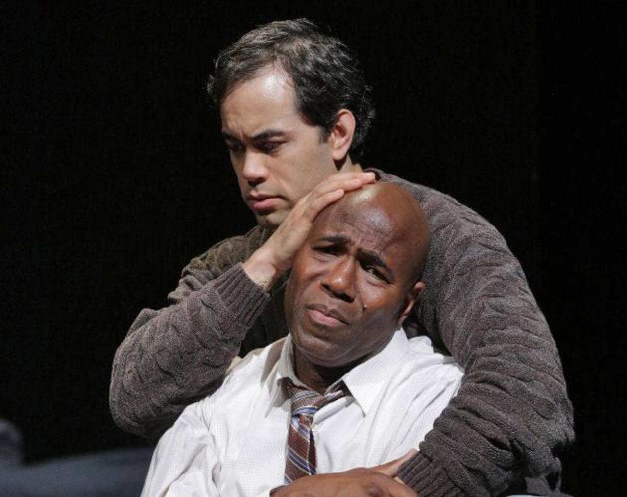 """Arthur Woodley como Emile Griffith, y Brian Arreola como Luis Rodrigo Griffith en la premier de la ópera """"Champion""""."""