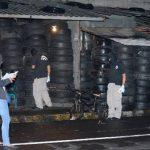 Hasta las 10:00 de la noche, las autoridades continuaban recabando evidencias en la escena donde asesinaron a los dos empleados de la llantería. Fotos EDH / miguel villalta