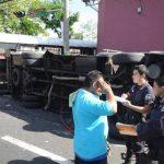 Un microbús de la ruta 101 fue embestido por el conductor de un autobús de la ruta 9 en el centro de San Salvador entre la calle Rubén Darío y 17 Avenida Sur. Foto EDH / Jorge Reyes.