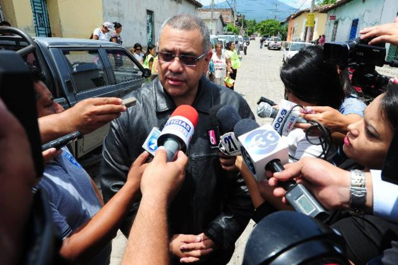 El Juzgado Primero de Paz de Quezaltepeque le prohibió a Moreno acercarse a su pareja. El exfuncionario declinó referirse a su acusación al ser abordado por los periodistas a la salida del tribunal. Foto EDH / Lissette Lemus.
