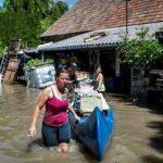 Dos mujeres utilizan una canoa para desalojar una casa inundada por el río Danubio en Dunabogdany, a 36 kilómetros (22.3 millas) al norte de Budapest, Hungría. Foto /AP