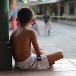 Un niño observa el lugar donde ayer asesinaron a Rutilio Cornejo, en Tejutepeque. Foto EDH