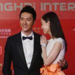 La actriz china Ni Ni y su novio, William Feng, posan durante la ceremonia de apertura. Es el Festival Internacional de Cine de Shanghai número 16.