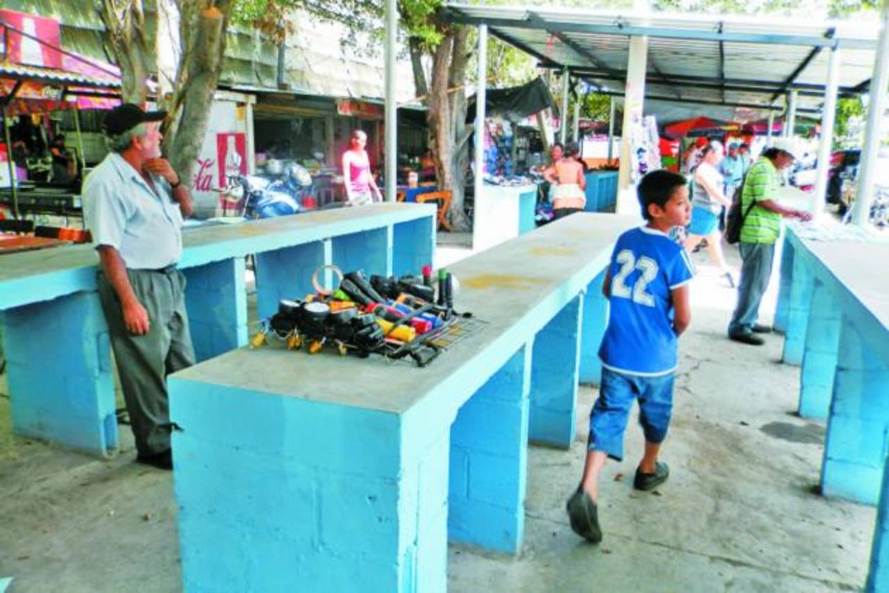 fotos edh /milton jacoLos comerciantes también advirtieron que si en el espacio que les dio la alcaldía no logran vender lo que ofrecen regresarán a las calles y abandonarán los espacios asignados.