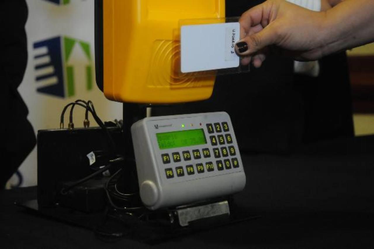 El nuevo sistema pretende reemplazar el pago con dinero en efectivo en las unidades del transporte. Foto EDH / archivo