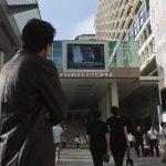 Visitantes de un centro comercial en Hong Kong observan la transmisión de noticias sobre el excontratista de la NSA Edward Snowden. Foto/ Reuters