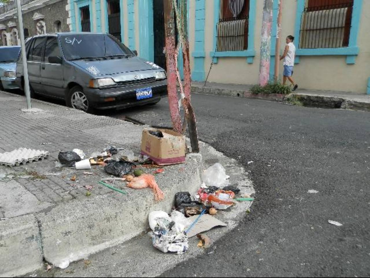La acumulación de basura en las cunetas genera que los tragantes de agua lluvia colapsen en el invierno. foto edh / milton jaco
