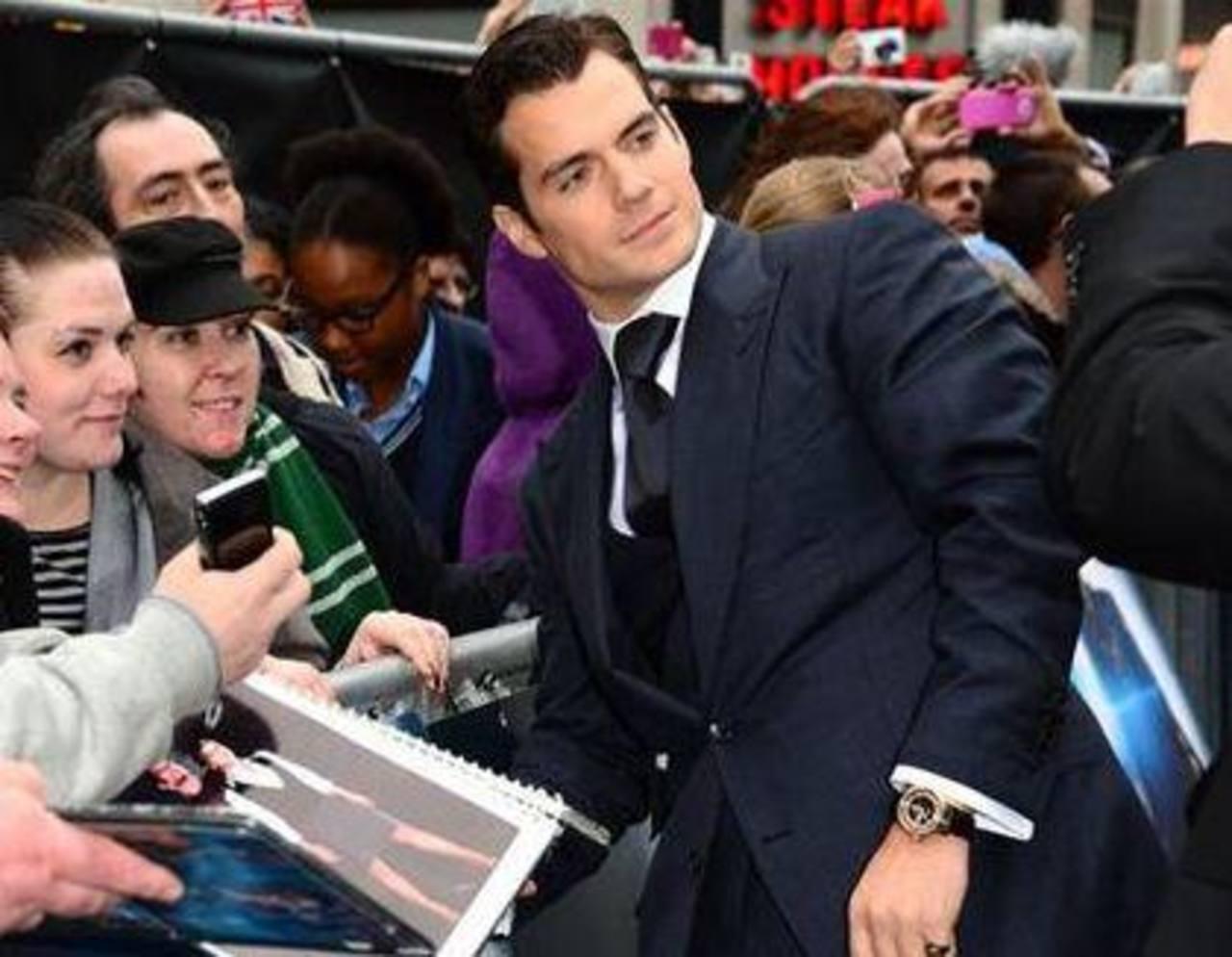 El actor Henry Cavill firma autógrafos para sus admiradores en la premier europea de 'Man Of Steel' en Londres el miércoles 12 de junio de 2013. Foto/ AP