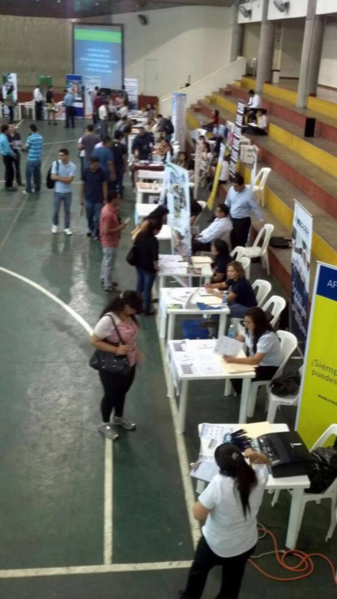 Varias personas acudieron hoy a la feria de empleo del ITCA- Fepade. Foto vía Twitter Mario Amaya