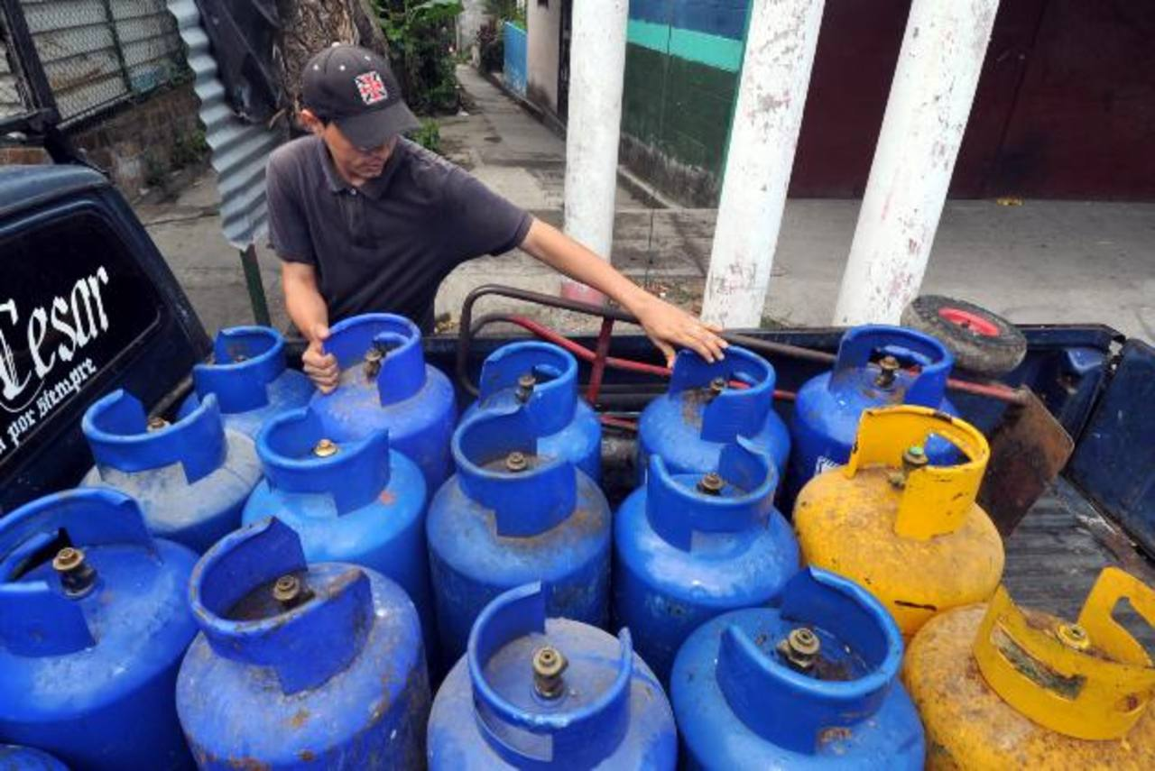 La población salvadoreña ha tenido que ir adaptándose a los distintos cambios en el pago del subsidio. foto edh / archivo
