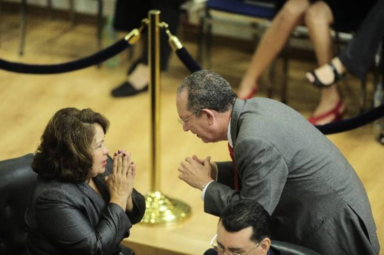 Bertha Avilés, diputada suplente de CD, conversa con el presidente de Fonavipo, Roberto Góchez. Foto EDH / jorge reyes