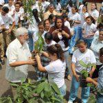 Algunos alumnos reconocieron que no conocen la forma de sembrar un árbol; pero que lo harán con el fin de cuidar el medio ambiente. Foto EDH / Roberto Díaz zambrano