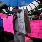 Manifestantes exhiben carteles con leyenda de apoyo a Edward Snowden en la Plaza Union de Nueva York. Foto/ AP