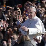 El papa Francisco saluda a la feligresía.