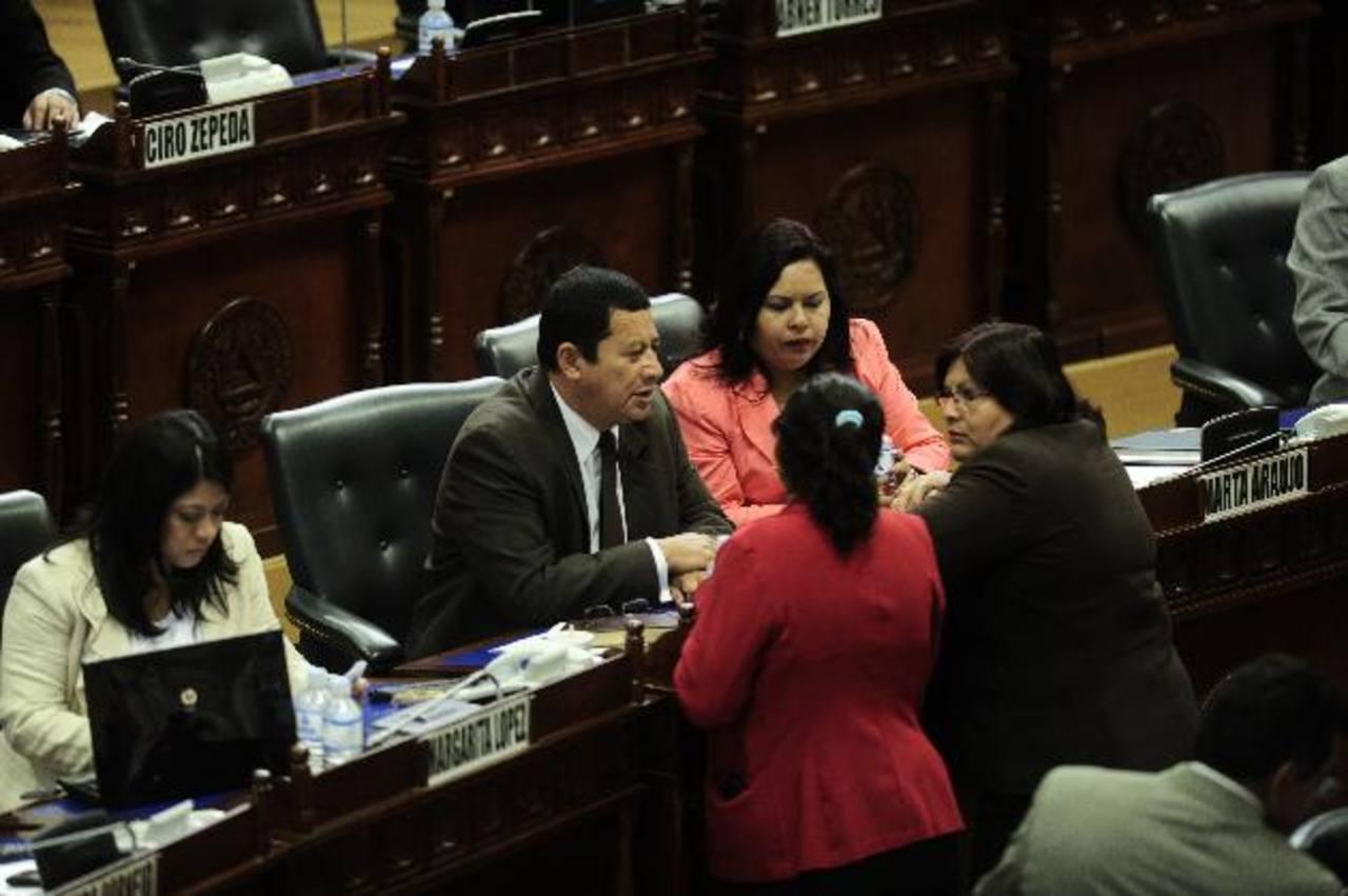 Bancada del FMLN. Al centro, Santiago Flores platica con su colega diputada Enma Julia Fabián (de lentes). Foto EDH / Jorge reyes