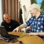 """René Pérez """"Residente"""", del dúo puertorriqueño de música urbana Calle 13, a la izquierda, y el fundador de WikiLeaks Julian Assange escriben una canción juntos en la embajada de Ecuador en Londres en una fotografía del 12 de junio del 2013 difundida"""