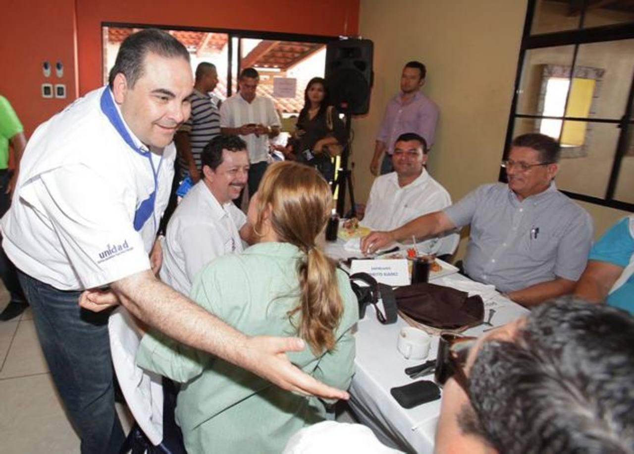 Antonio Saca, candidato de Unidad, se reunió con profesionales y otros miembros de la sociedad civil santaneca.