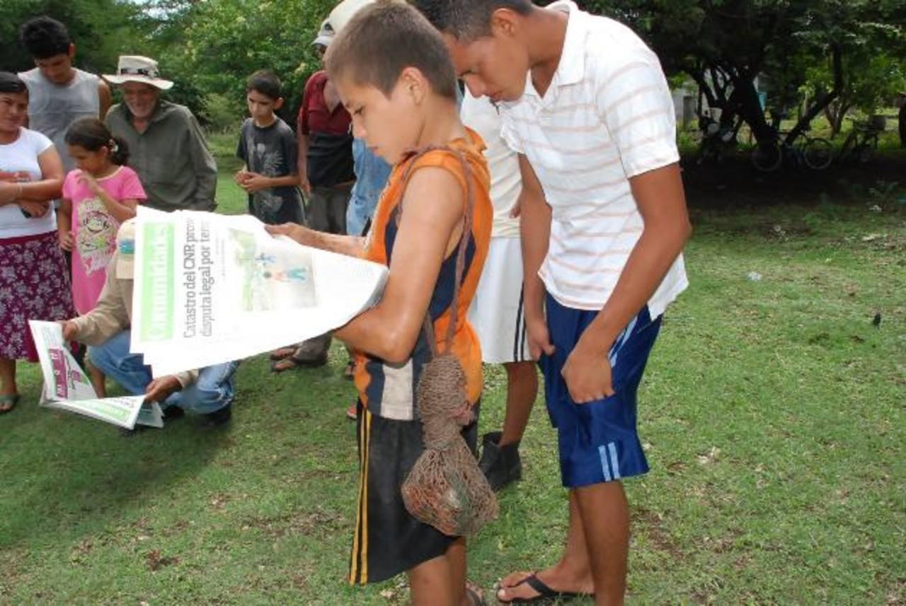 Vecinos de la comunidad El Salamo, en San Alejo, leen la publicación sobre el caso del terreno. Foto EDH / insy mendoza