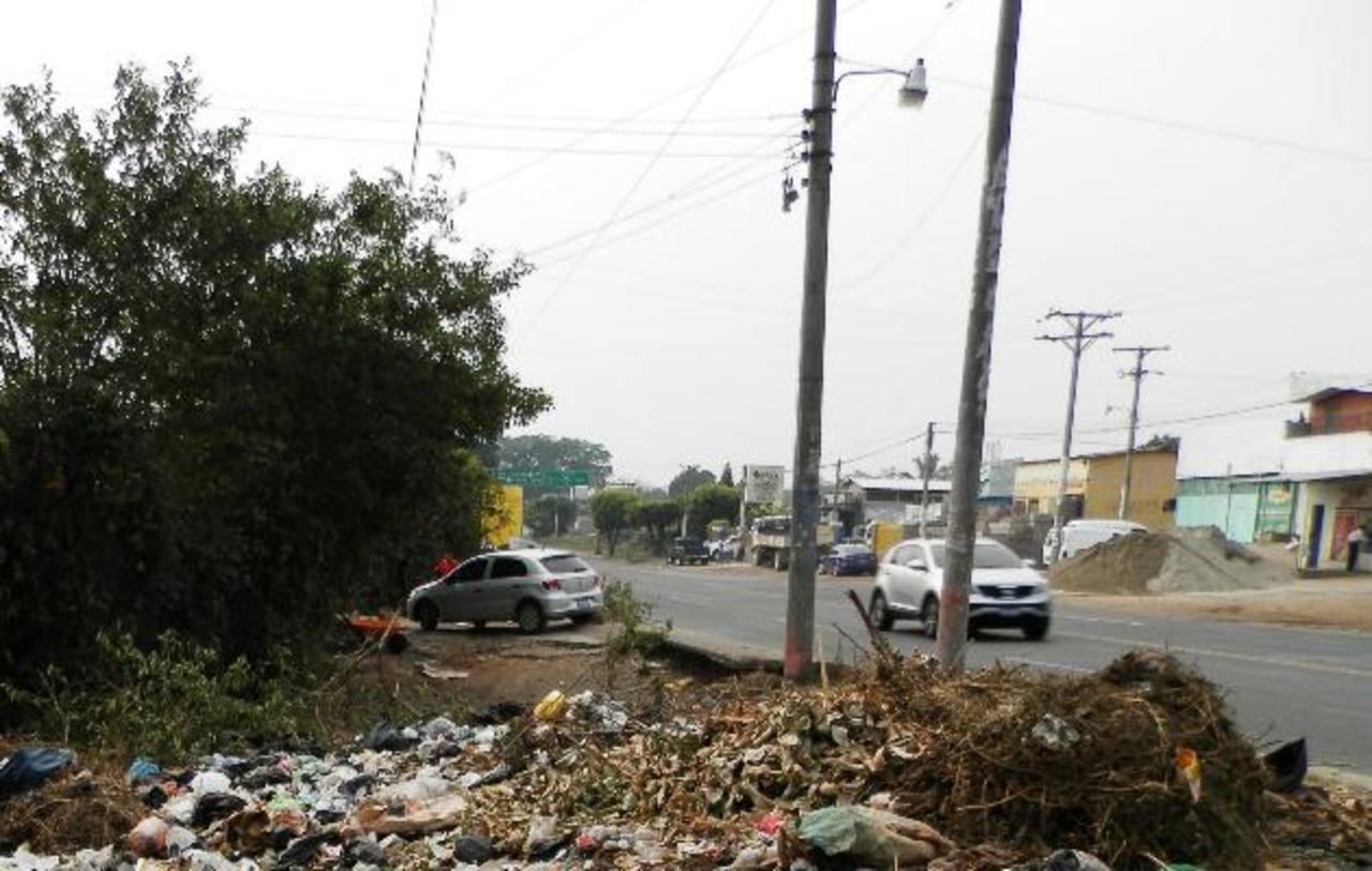 La gran cantidad de desperdicios afecta tanto el tránsito de personas como el paso vehicular por la zona.