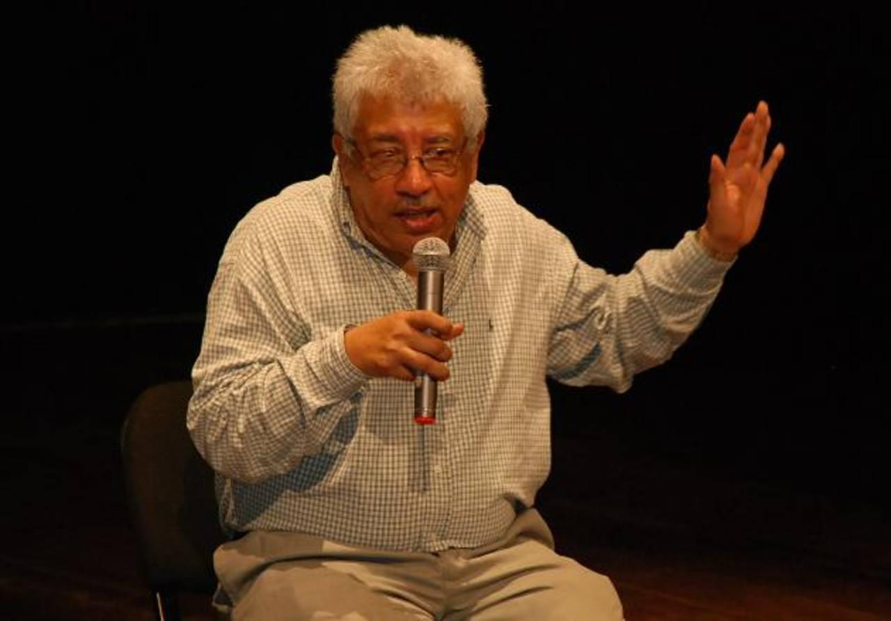 El reconocido escritor salvadoreño ha escrito un gran número de libros. Junto a otros de sus colegas ha enriquecido la cultura nacional. Foto EDH / Archivo