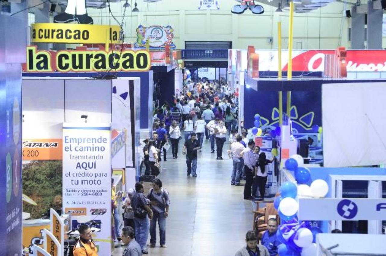 Así lucía ayer por la tarde el Pabellón Centroamericano de la Feria Consuma, cientos de personas llegaron a la segunda jornada. Foto EDH / Jorge reyes
