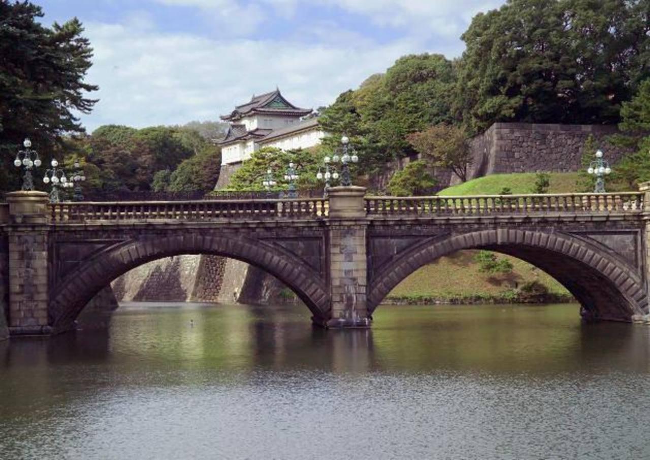 El Puente de Dos Cañones (Niju-bashi), en Tokio, Japón. La fotografía está tomada desde los jardines de Oriente. Al fondo se observa el Palacio Imperial. foto Expansión/Archivo.