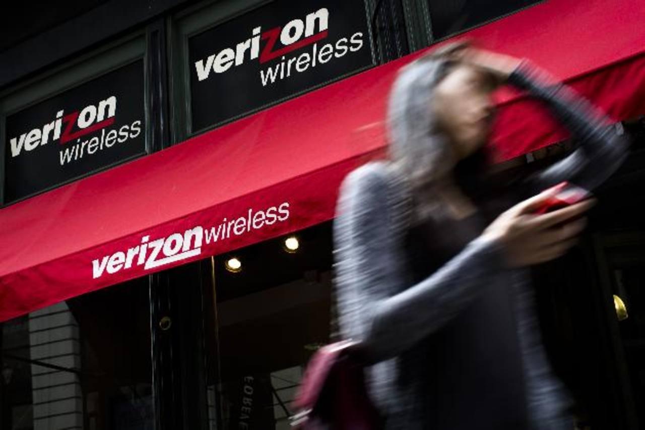 """Verizon opera una red de cuarta generación LTE disponible en 500 mercados que cubren más del 95 % de la población estadounidense. Los teléfonos inteligentes o """"smarpthones"""" suponían más de un 64 % del total de clientes con contrato de la operadora."""