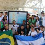 Con entusiasmo, los jóvenes portan las banderas de Brasil y El Salvador. foto edh
