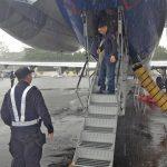 El prófugo Manuel Rivera Bautista fue traído a El Salvador a bordo de uno de los vuelos de deportación del ICE. Fue entregado a la Policía en el aeropuerto de Comalapa. Foto EDH / ICE