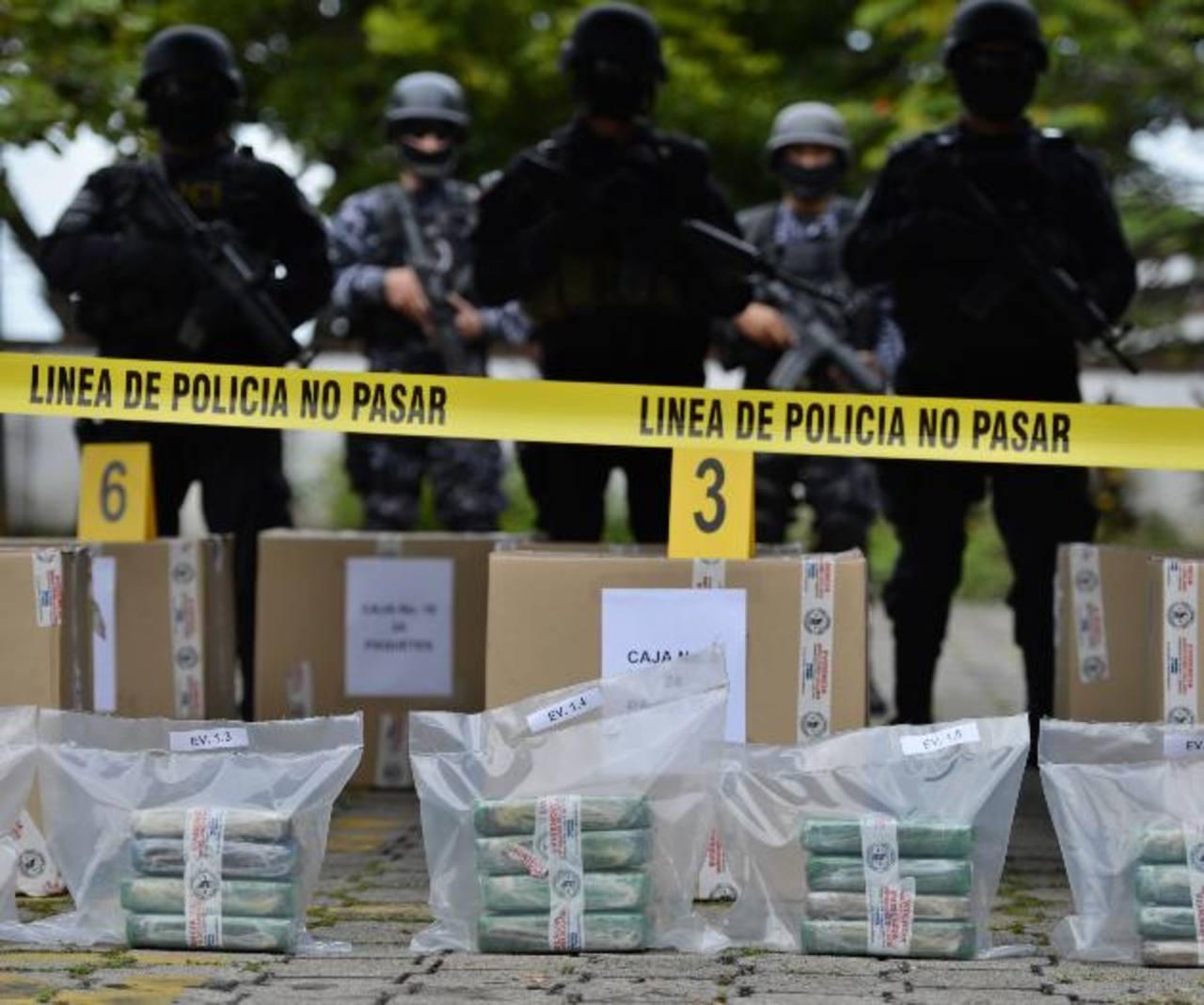 Policías elites del Grupo Cuscatlán custodian la droga decomisada. Foto EDH / MARVIN RECINOS.