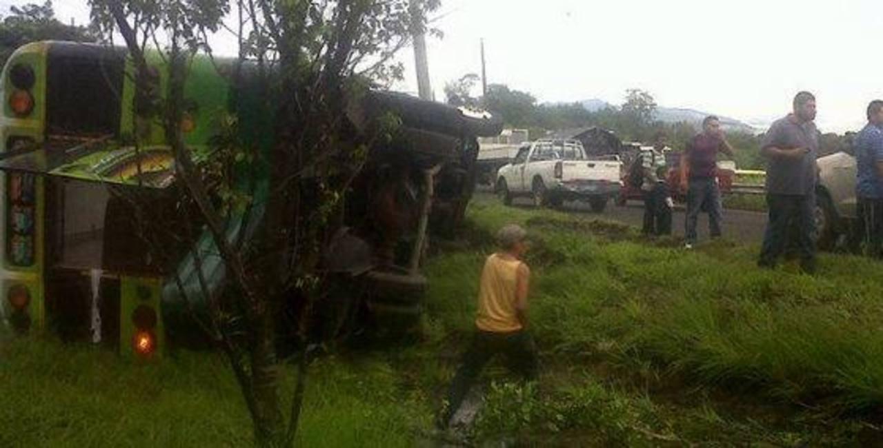 Vuelca bus ruta 113 en desvío a Cojutepeque