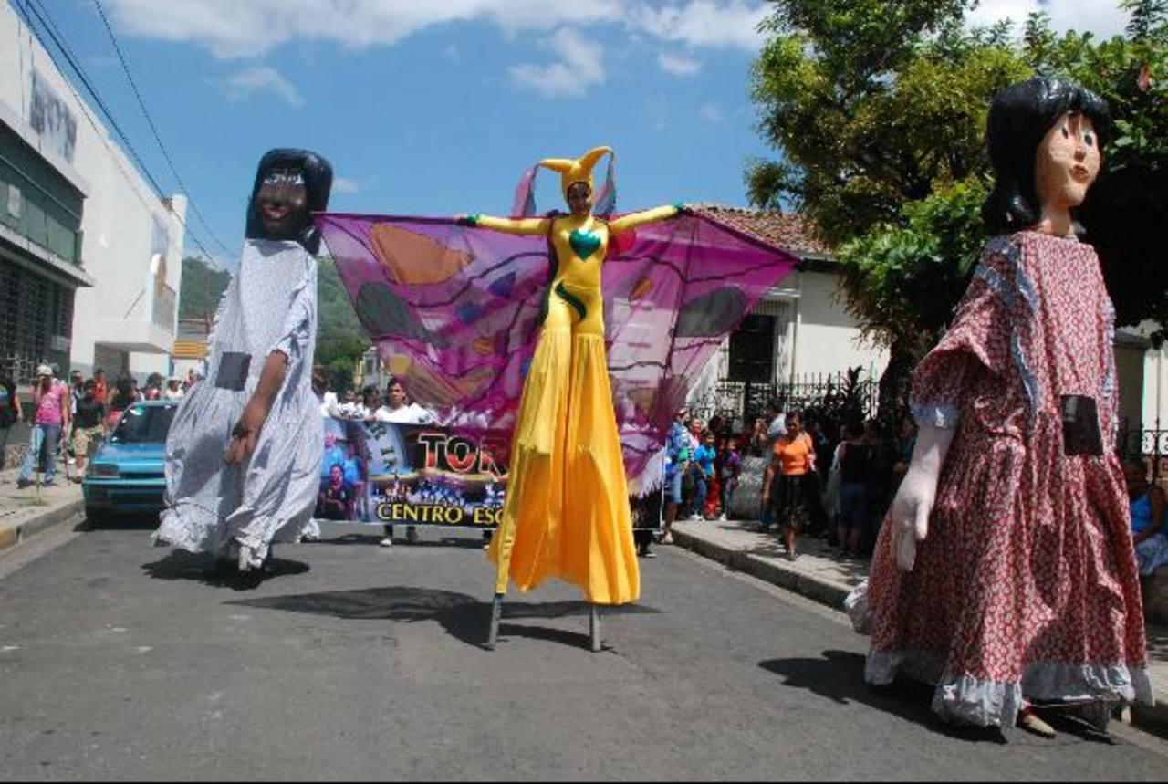 El desfile de las comunidades tuvo mucho colorido. Foto EDH / cristian Díaz