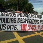 Exagentes de la Policía marcharon hacia el cuartel central de la PNC dificultando el tránsito vehicular. Foto vía Twitter Lilibeth Sánchez