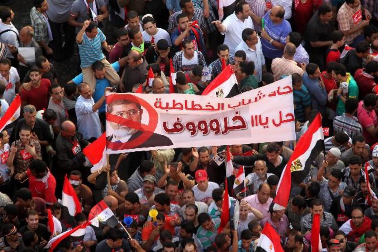 Manifestantes que protestan contra el presidente egipcio, Mohamed Mursi, en la plaza Tahrir de El Cairo. foto edh / efe