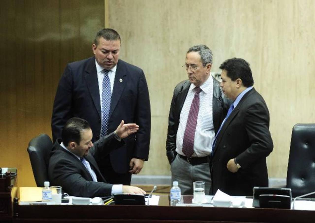 El diputado Guillermo Gallegos (sentado) conversa con Walter Guzmán, de Gana; Roberto Angulo, de CN, y Roberto Lorenzana, del FMLN, durante la aprobación del Acuerdo con la UE. fotos edh / jorge reyes