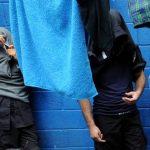 El mecánico de la corporación policial y el agente fueron arrestados la noche del martes, bajo cargos de privar de libertad a una menor y violarla por tres días. Foto EDH / Archivo