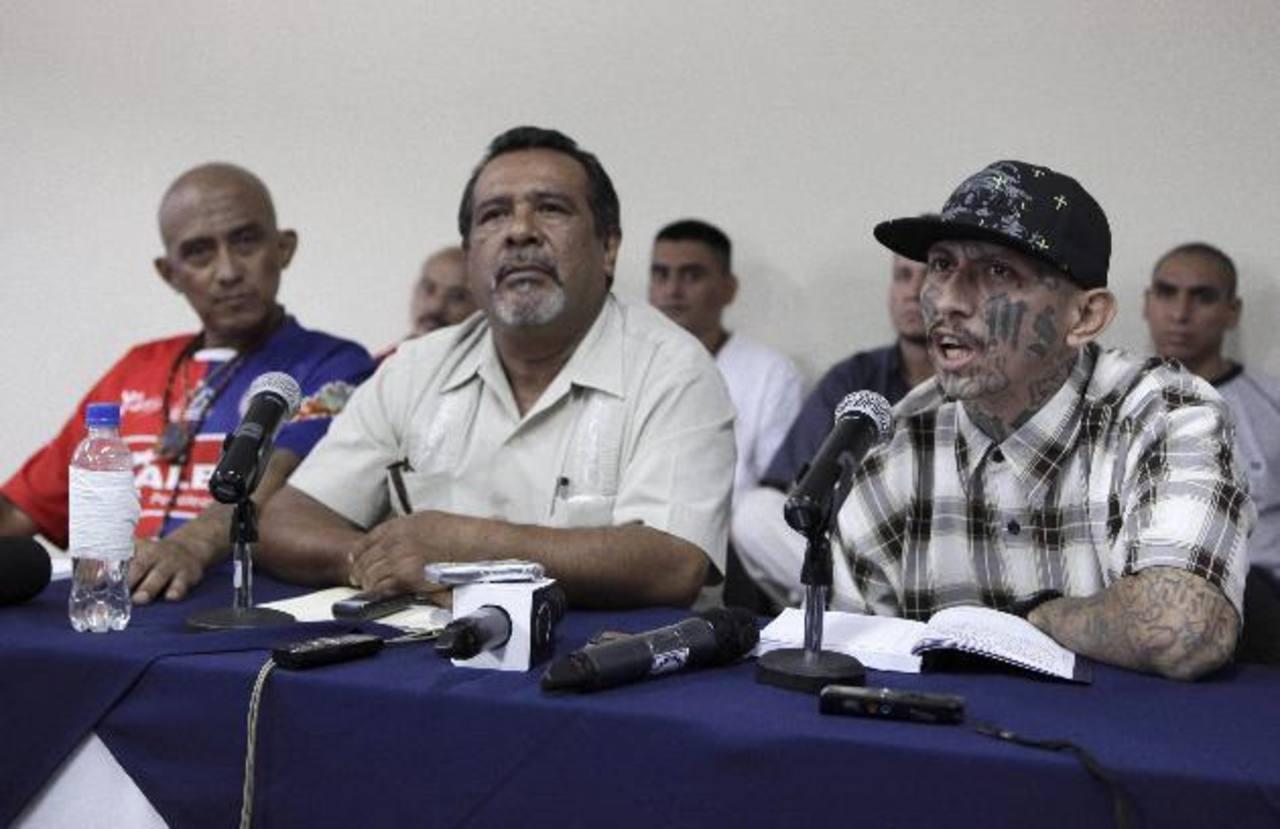 El mediador de la tregua entre las pandillas, Raúl Mijango, en conferencia de prensa acompañado por líderes de las maras Barrio 18 y Salvatrucha. Fotos EDH / Archivo.