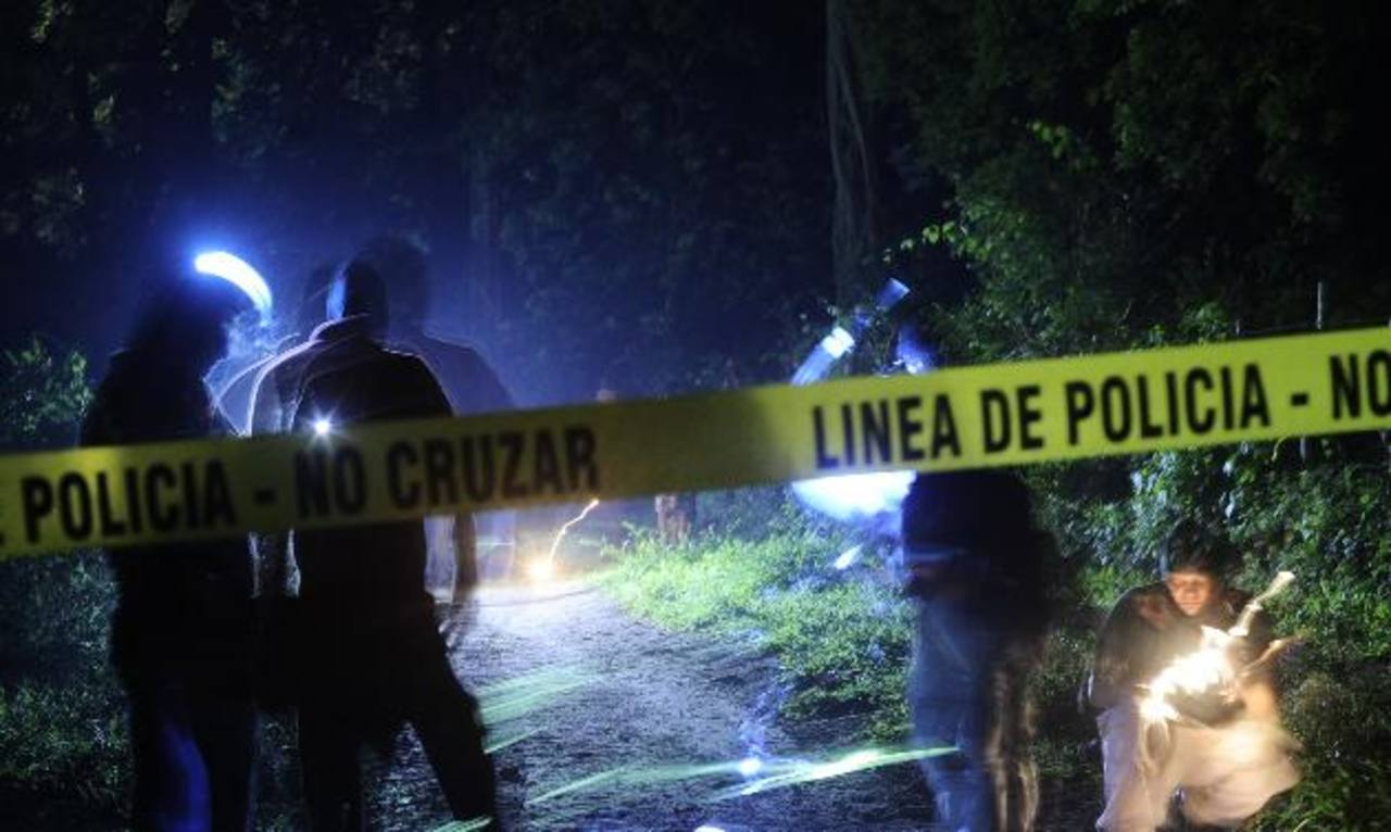 Investigadores levantan evidencias donde asesinaron al menor José A. Figueroa, en San José Villanueva. foto edh/jORGE rEYES