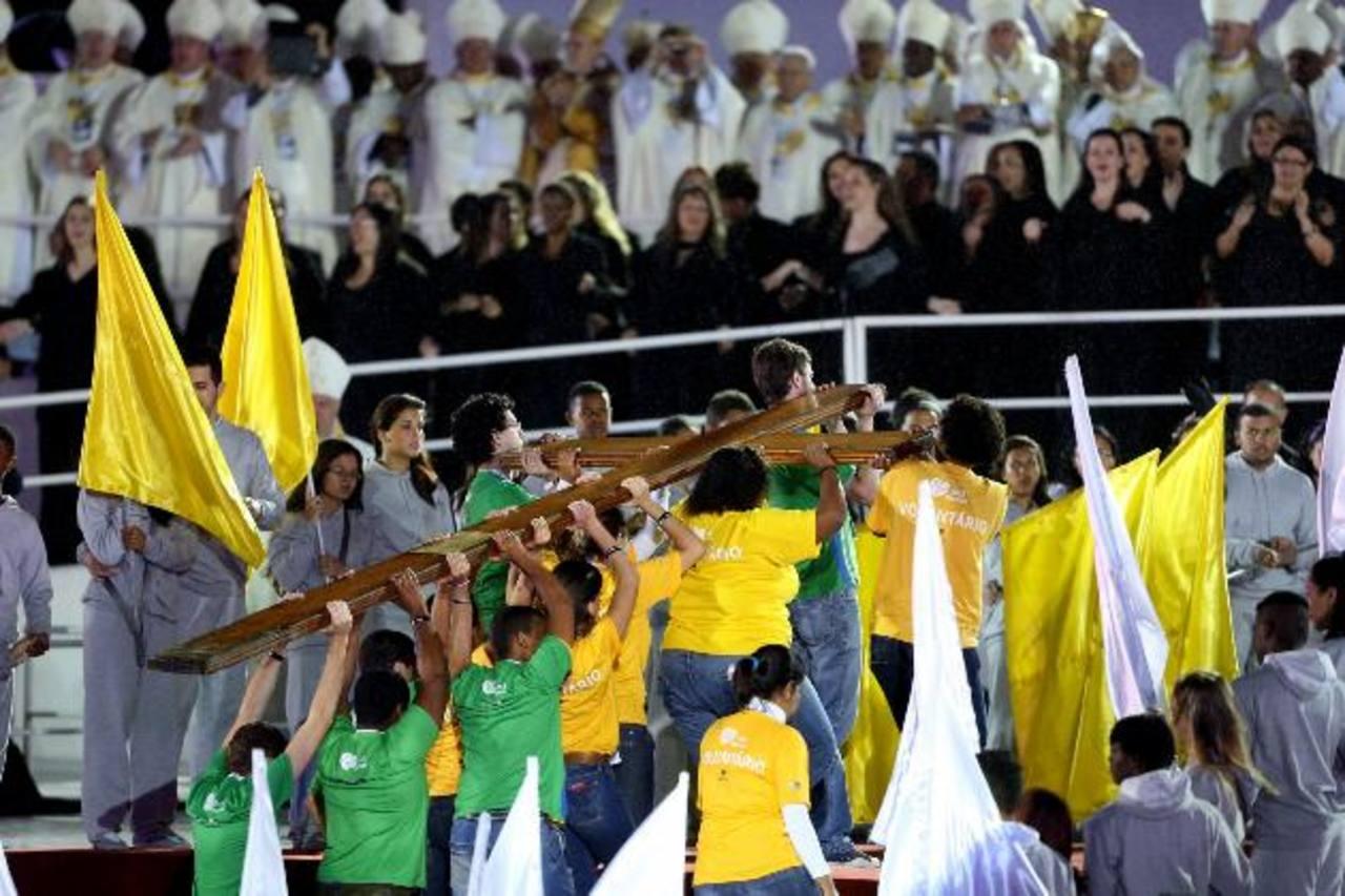 Durante la inauguración uno de los momentos más importantes fue la llegada de la Cruz Peregrina. foto edh/efe
