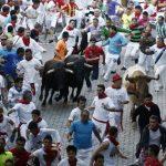 Los toros de la ganadería sevillana de Dolores Aguirre han protagonizado el segundo encierro de las fiestas de San Fermín. En la imagen los toros en el tramo del Callejón. Fotos EDH / efe-reuters La multitud observa el paso de los corredores durante