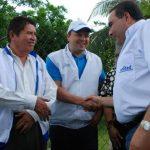 Tony Saca saluda a dos de sus simpatizantes en el municipio oriental de Nueva Guadalupe. foto edh / lucinda quintanilla