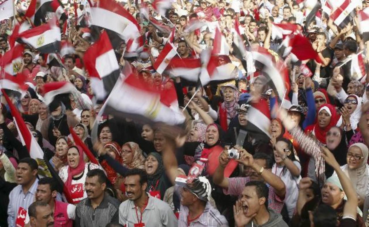 Egipcios protestan contra el Gobierno de Mohamed Mursi, ayer en la plaza de Tahrir, en El Cairo. foto edh / reuters