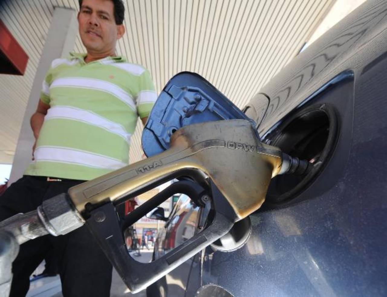 Los precios de las gasolinas bajarán significativamente por galón, pero el diésel subirá hasta $0.03. foto edh/archivo