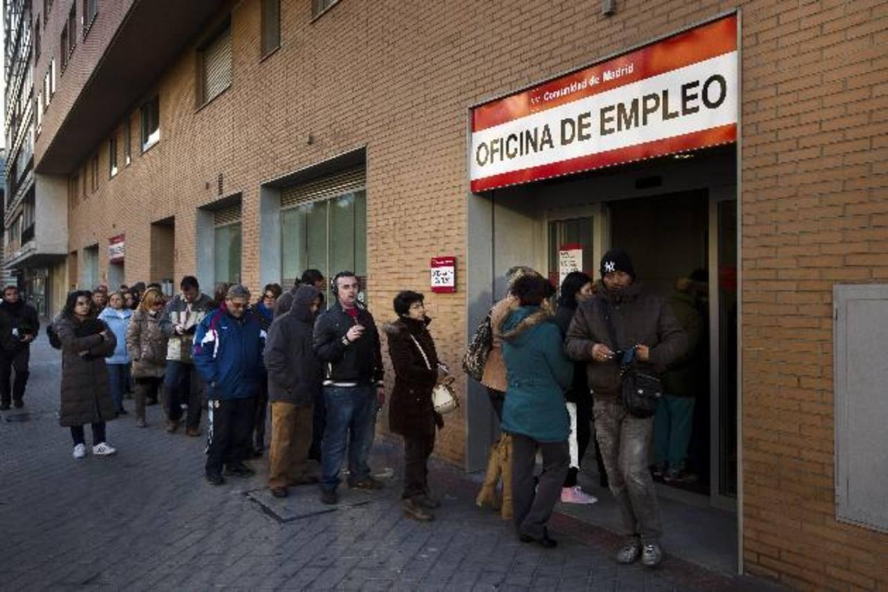Los españoles han soportado casi cinco años de crisis económica. Foto EDH/ archivo