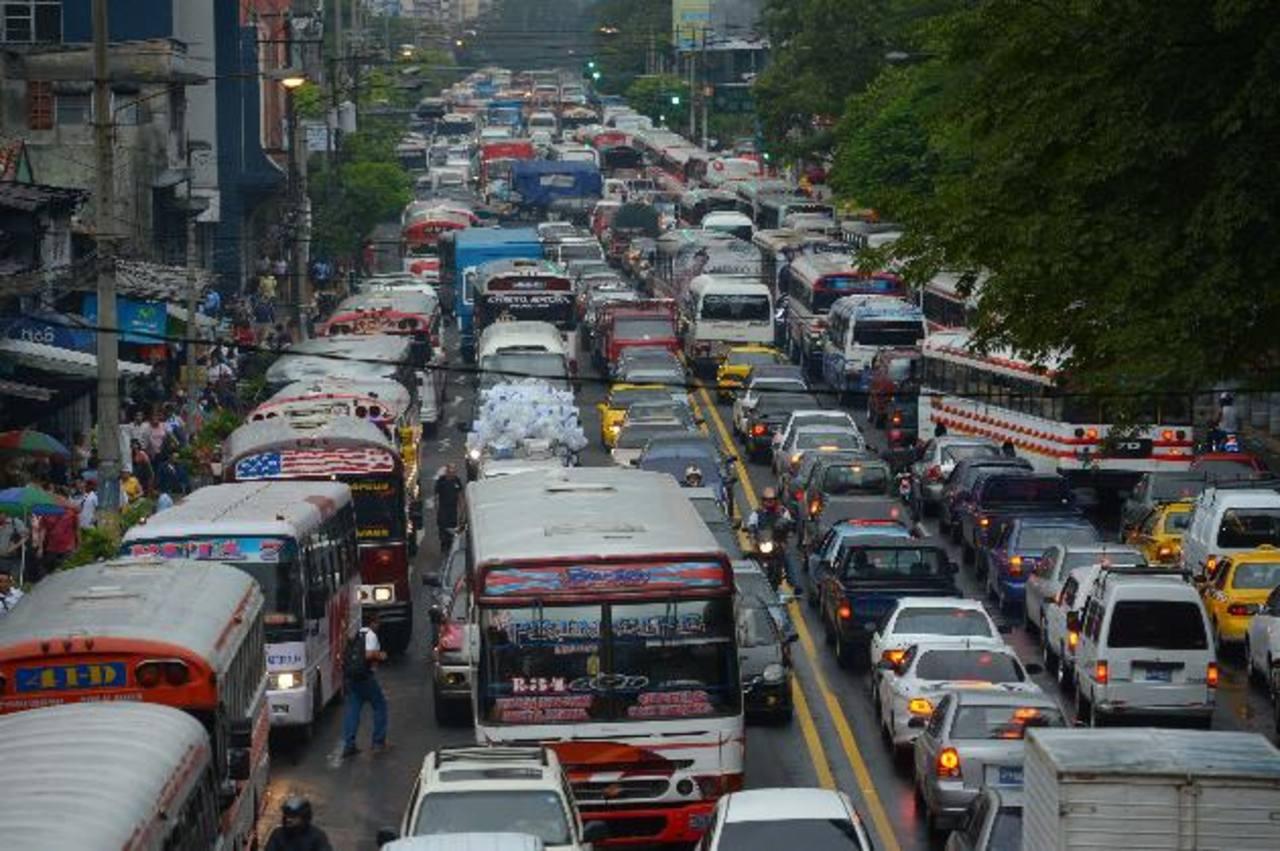 La Juan Pablo II lució congestionada por el cierre de un carril de la Diagonal Universitaria. Fotos EDH / mario Amaya